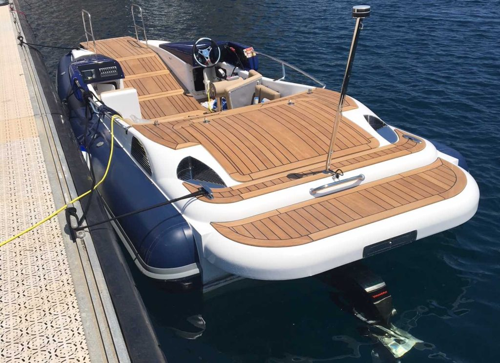 Speedboat with a hidden lift at the front