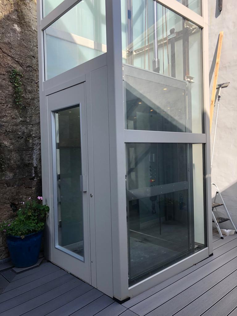 The lift shaft in Brixham is powder-coated in RAL 7044 to match the stone slabs on the top floor and some of the stones in the cliffside
